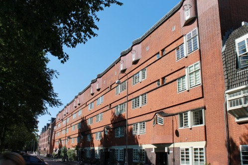 """(Das """"Het Schip"""" im Viertel Spaarndammerbuurt ist das bekannteste Beispiel für die Amsterdamer Schule.)"""