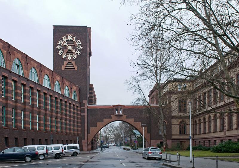 Industriepark Höchst Blick von Westen in die Brüningstraße auf den Behrensbau mit Brücke und Turm